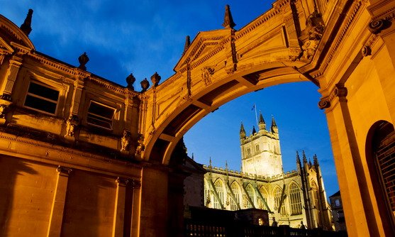 ve13337_a view of bath abbey at dusk framed by an archway_22-08-2019.jpg