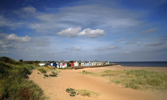 ve17075_a row of beach huts in the distance on the lincolnshire coast_07-03-2020.jpg