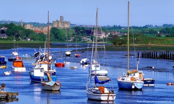 engeland northumberland sailing boats in the river coquet at warkworth, with warkworth castle in the distance.jpg